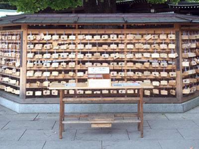 Tokyo_MeijiJinju-shrine-prayers_2939-small