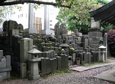Tokyo_shrine_graves-small